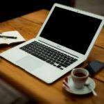 Tjen penge online foran computeren